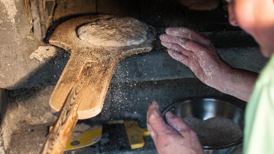 Traditionelles Bauernbrot für das Wanderhotel im Pustertal