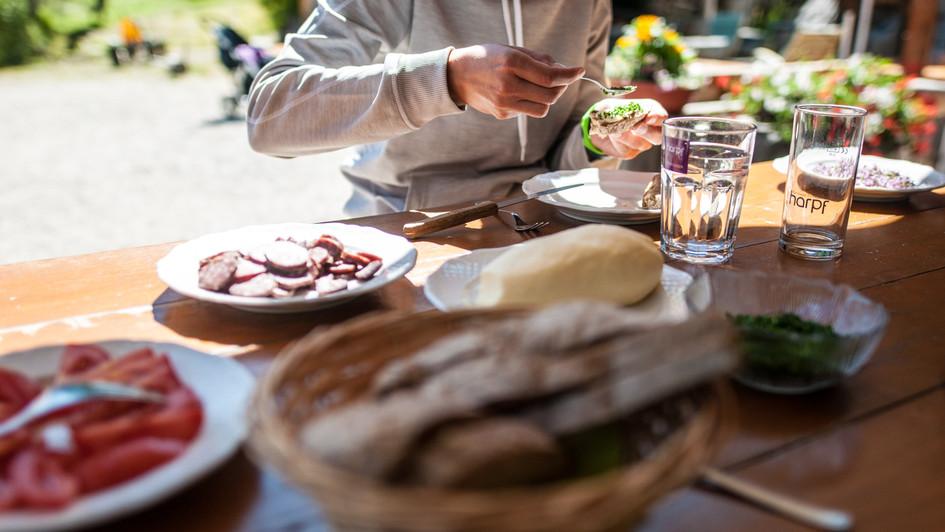 Butter Verköstigung für die Gäste des Berghotels La Casies